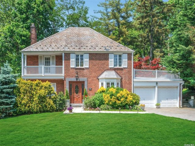 4 BR,  2.00 BTH Colonial style home in Manhasset