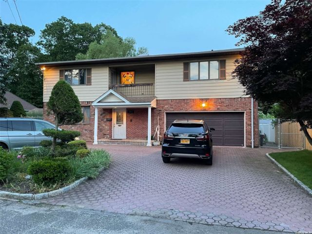 4 BR,  5.00 BTH Colonial style home in West Hempstead