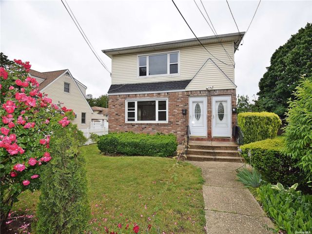 3 BR,  1.00 BTH Apt in house style home in Westbury