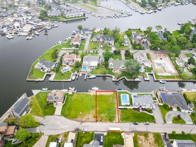 Lot <b>Size:</b> 80x125 Land style home in West Islip