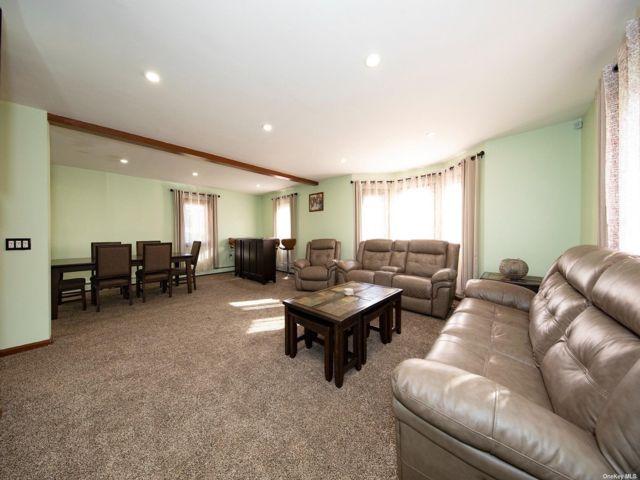 4 BR,  3.00 BTH Cape style home in Hicksville
