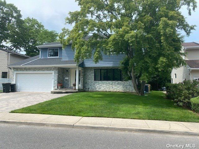 5 BR,  4.00 BTH Colonial style home in Hewlett