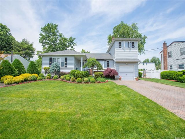 4 BR,  2.00 BTH Exp ranch style home in West Babylon