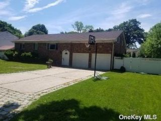 5 BR,  3.00 BTH Raised ranch style home in Rocky Point