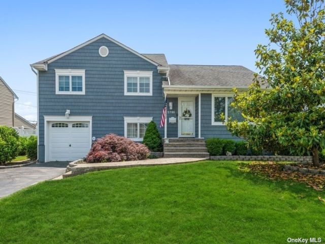 3 BR,  3.00 BTH Split level style home in Wantagh