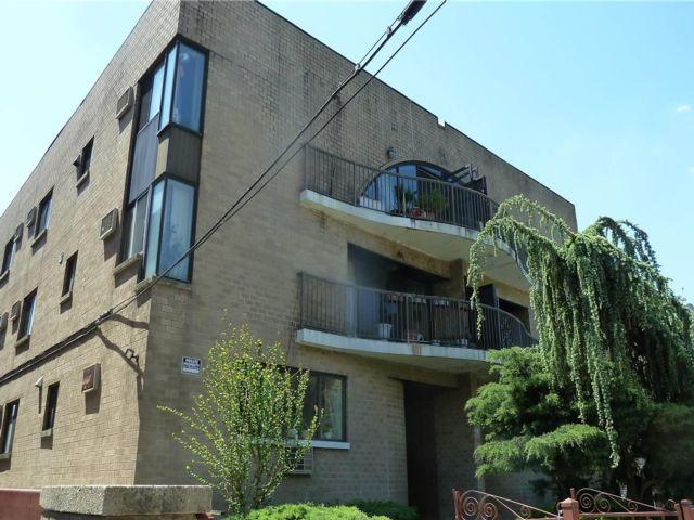 2 BR,  2.00 BTH Garden apartmen style home in Flushing