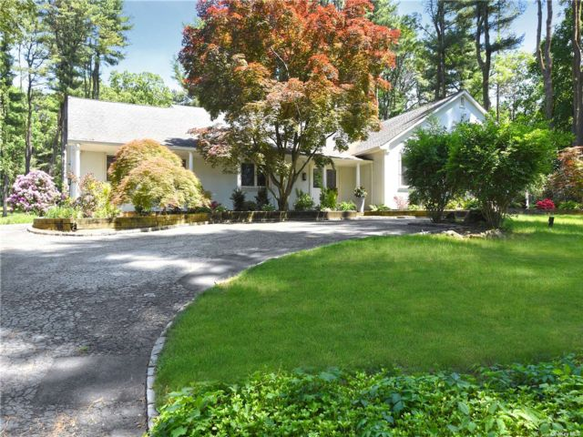 6 BR,  4.00 BTH Exp ranch style home in Muttontown