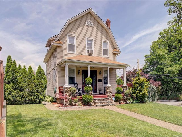 3 BR,  2.00 BTH Colonial style home in Bayside