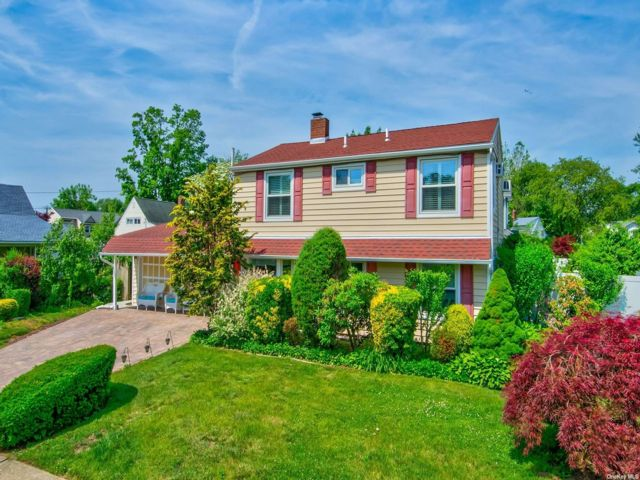 6 BR,  2.00 BTH Colonial style home in Levittown