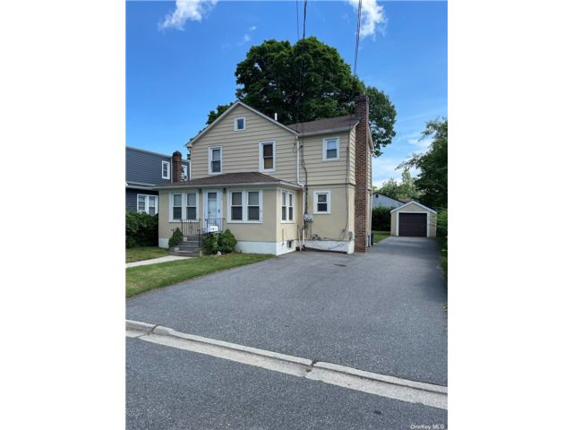 2 BR,  2.00 BTH Apt in house style home in North Babylon