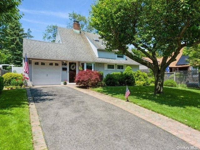 5 BR,  2.00 BTH Exp ranch style home in Westbury
