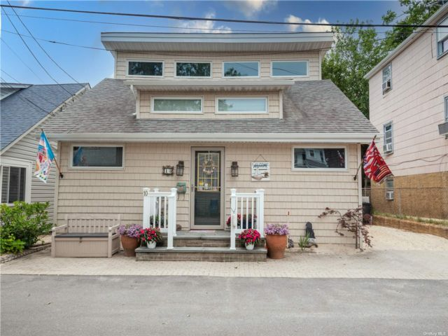 2 BR,  2.00 BTH Cape style home in Bayville