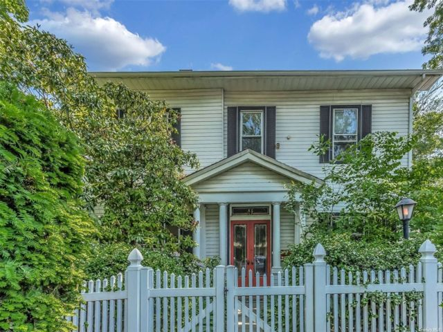 4 BR,  4.00 BTH Colonial style home in Stapleton