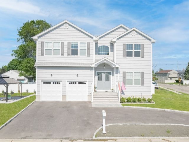 3 BR,  3.00 BTH Contemporary style home in Lindenhurst