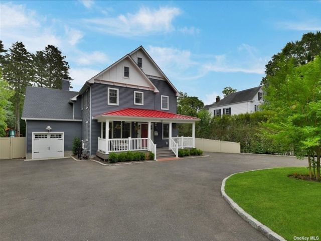 4 BR,  4.00 BTH Colonial style home in Huntington