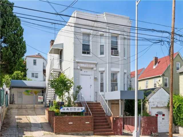 2 BR,  3.00 BTH 2 story style home in Flushing