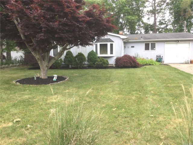 4 BR,  2.00 BTH Ranch style home in Shirley