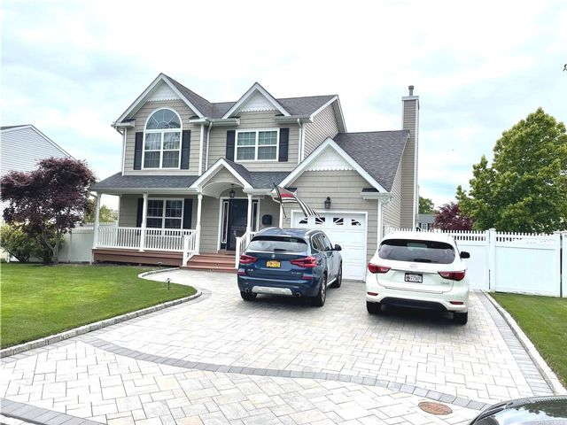 4 BR,  4.00 BTH Colonial style home in East Islip
