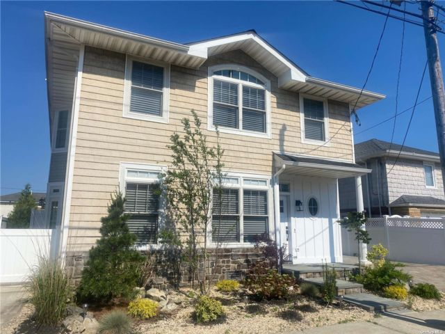 5 BR,  3.00 BTH Modern style home in Point Lookout