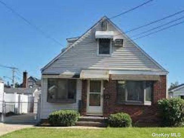4 BR,  2.00 BTH Cape style home in Hicksville
