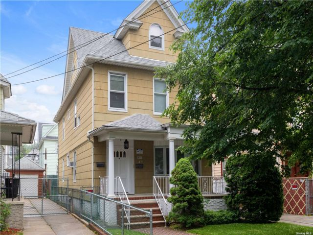 4 BR,  2.00 BTH Victorian style home in Woodhaven