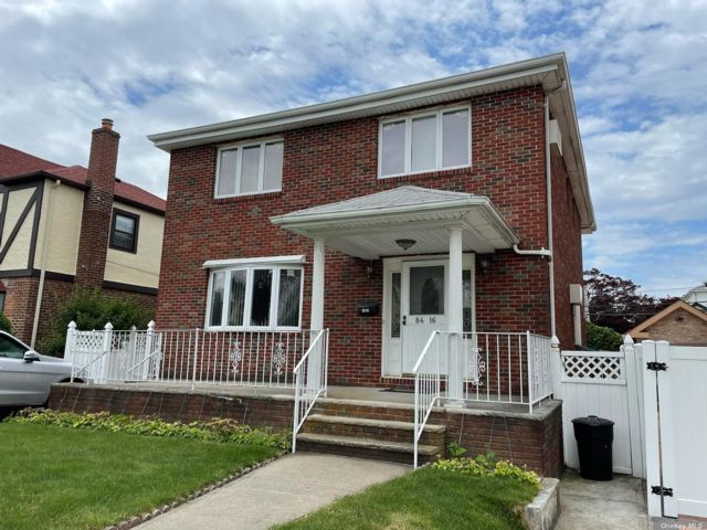 5 BR,  4.00 BTH Colonial style home in Bellerose