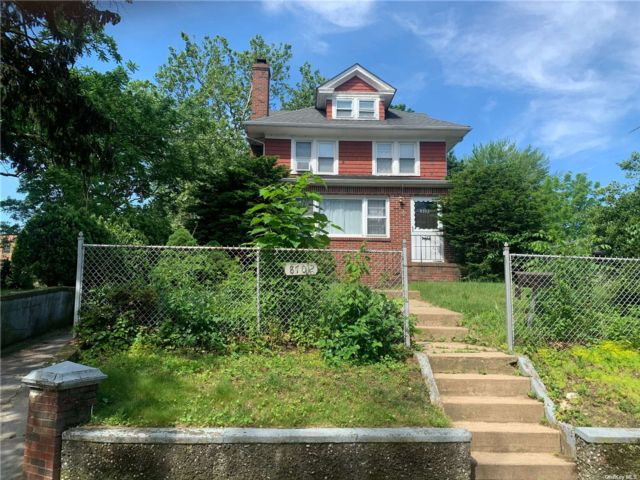 3 BR,  2.00 BTH Colonial style home in Floral Park