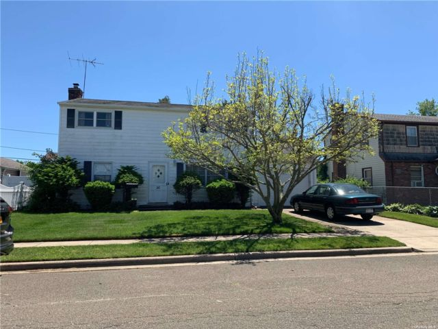 4 BR,  2.00 BTH Colonial style home in Hicksville
