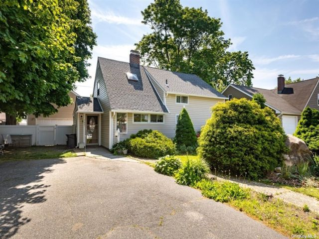 4 BR,  1.00 BTH Cape style home in Levittown
