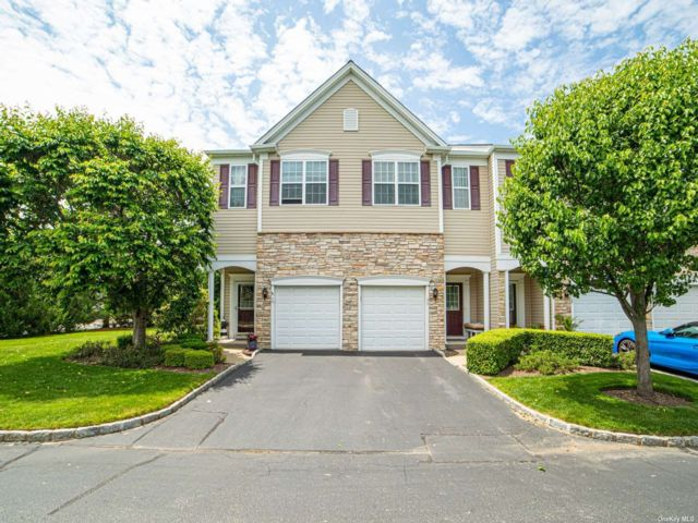2 BR,  3.00 BTH Townhouse style home in Bay Shore