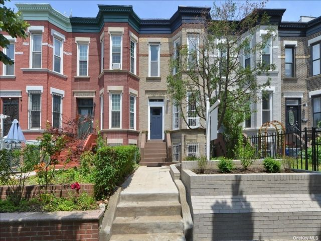 3 BR,  3.00 BTH Colonial style home in Crown Heights