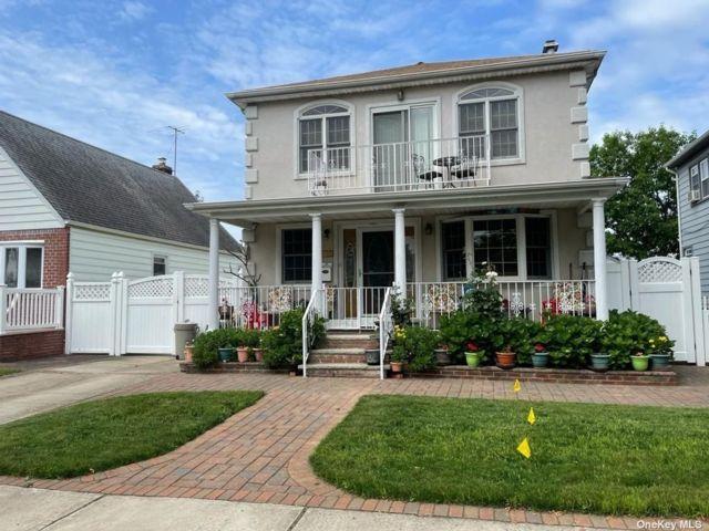 4 BR,  3.00 BTH Colonial style home in Glen Oaks