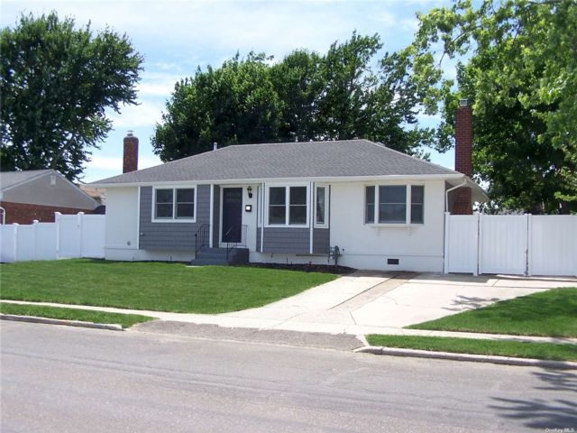 3 BR,  3.00 BTH Ranch style home in Deer Park