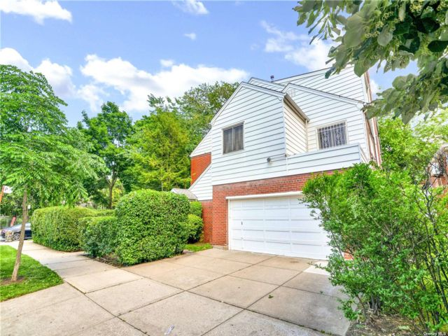 5 BR,  6.00 BTH Colonial style home in Kew Gardens