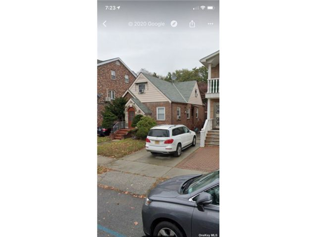 4 BR,  3.00 BTH Cape style home in Flushing