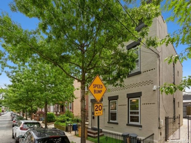 8 BR,  3.00 BTH Townhouse style home in Astoria