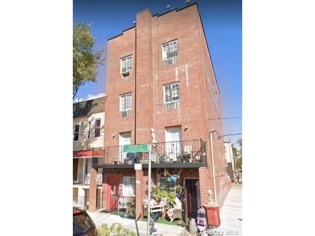 11 BR,  9.00 BTH Colonial style home in Parkchester