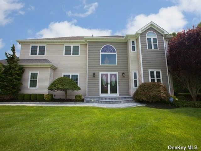 4 BR,  2.00 BTH Colonial style home in Manorville
