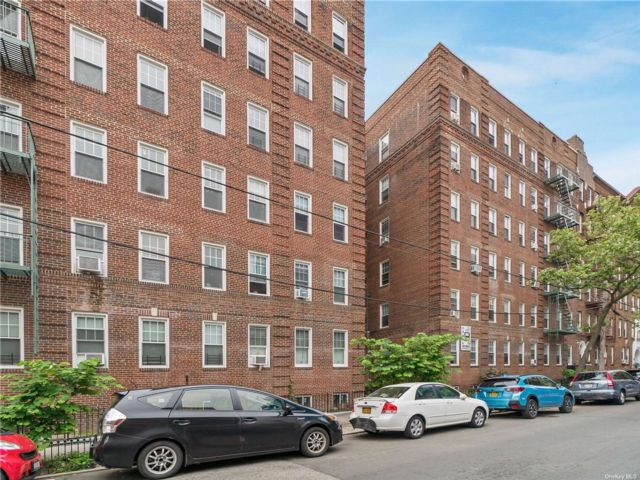 1 BR,  1.00 BTH Mid rise style home in Sunnyside