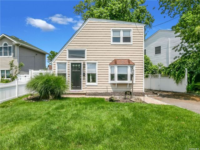 3 BR,  2.00 BTH Colonial style home in Massapequa