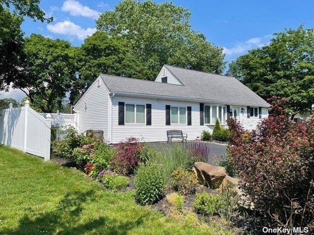 5 BR,  2.00 BTH Cape style home in East Islip