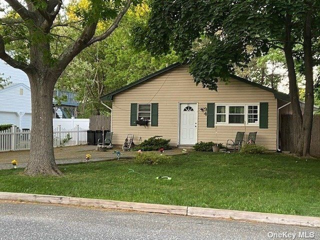 3 BR,  1.00 BTH Ranch style home in Shirley