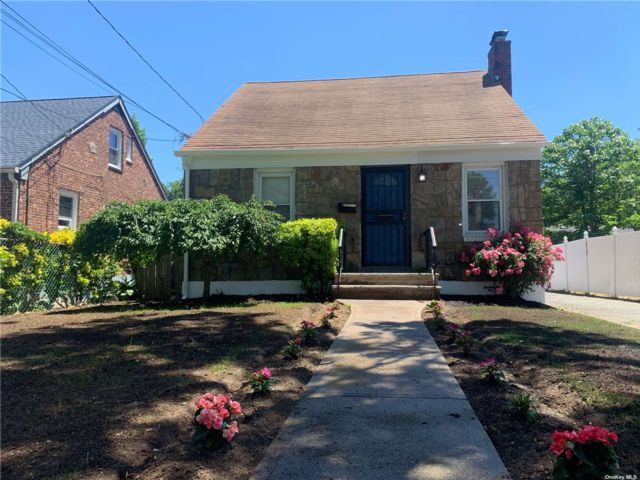 3 BR,  3.00 BTH Cape style home in Roosevelt
