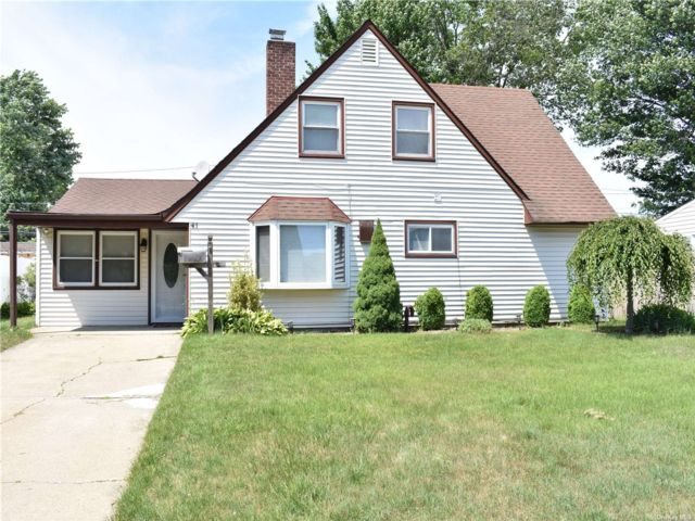 4 BR,  2.00 BTH Ranch style home in Hicksville