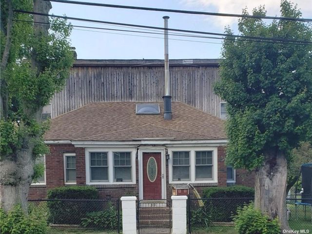 4 BR,  2.00 BTH Colonial style home in Islip Terrace