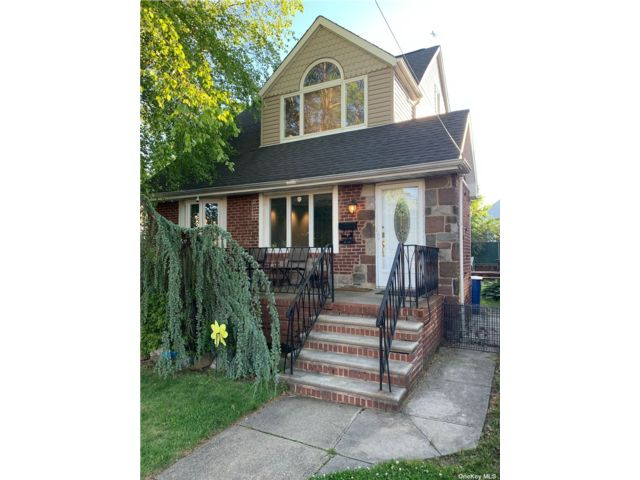 4 BR,  4.00 BTH Colonial style home in Fresh Meadows