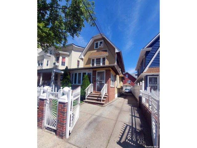 3 BR,  2.00 BTH Colonial style home in Midwood