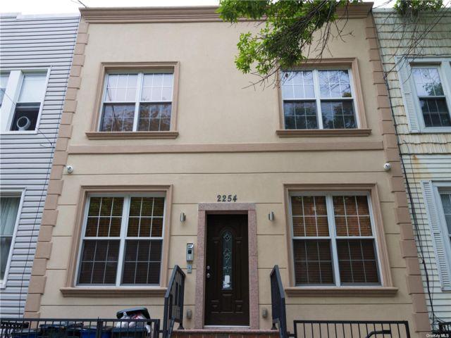 8 BR,  4.00 BTH Modern style home in Astoria