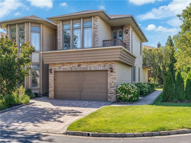 4 BR,  3.00 BTH Contemporary style home in Jericho
