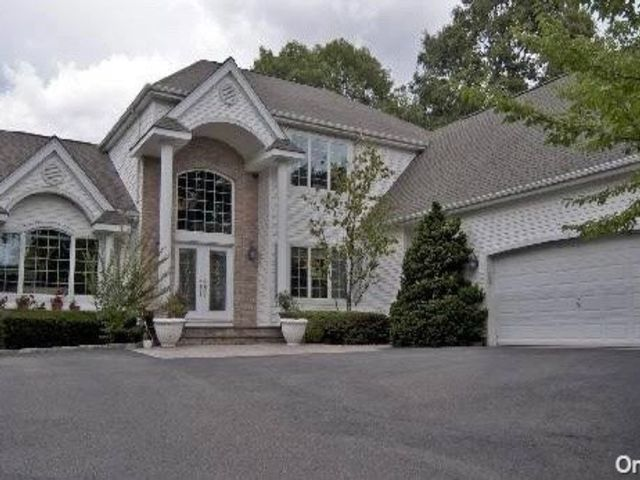 5 BR,  4.00 BTH Post modern style home in Dix Hills